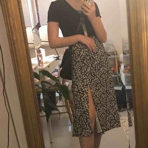 Väldigt fin kjol i gulligt mönster med en slits i sidan🥰