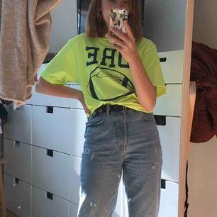 Neongul T-shirt köpt second hand. Passar superfint och är väldigt mjuk <3333