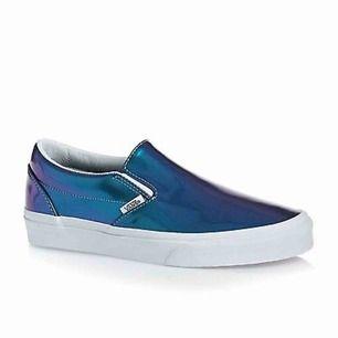 Ett par ASCOOLA slip-ons från Vans. Älskar dem här skorna men de kommer tyvärr inte så mycket till använding. Väldigt bra skick, bara lite smutsiga längst ner som man enkelt kan tvätta bort. Strl 37 men har själv strl 38 och de funkar på mig.