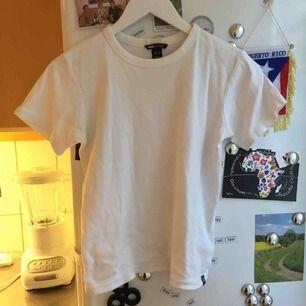 Perfekta vita bas t-shirten! Lite tjockare i tyget. Från Hm Logg. Står storlek 146 skulle säga att den motsvarar S. ✨