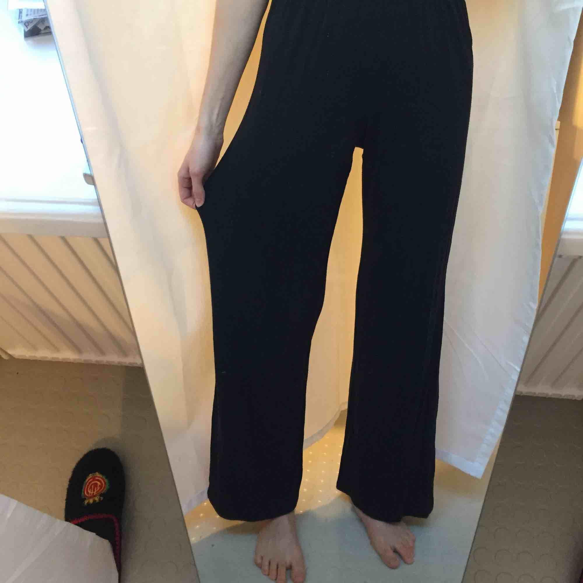 Snyggaste settet från Urban Outfitters! Stretch så skulle säga att det även passar större storlekar. Väldigt bekvämt men samtidigt snyggt. Väl använt och lite urtvättat men inget jag tycker stör! ✨. Jeans & Byxor.