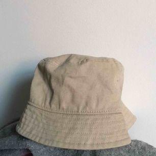 En beige buckethat från HM, aldrig använd.  40kr +frakt