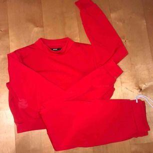 Helt oanvänt mjukis sett från bikbok, tröjan är i strl S och byxor XS men kan själv vara M i byxor! Båda för 180 eller per styck 80kr, frakten ingår i priset