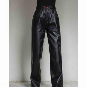 intressekoll på mina bewider faux läder byxor! har en liten vit repa som jag kan visa om ngn e intresserad. priset på deras hemsida e 1200. storlek 24 men passar nog upp till 26