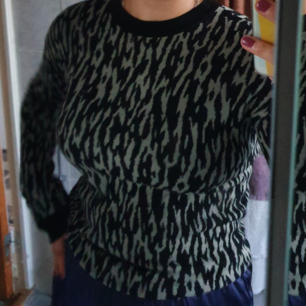 Ganska tunn stickad tröja från &other stories. Färgen gör sig inte rättvis på bild, men är grå/grön/lätt brunaktig i verkligheten. Tröjan är i xs, men passar även s. Kan mötas i Uppsala eller frakta, då står köparen för frakt.