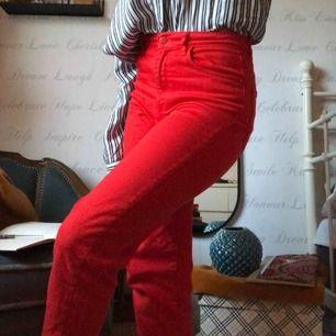 Snygga röda jeans. Perfekt för vintage look. Ganska så loose fit, men sitter perfekt i midjan. Ankelkorta ben, jag är 1.65.