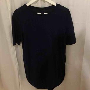 Mörkblå T-shirtklänning från veromoda med helt rak passform, helt oanvänd och skriv för bild på passform och köparen står för ev frakt