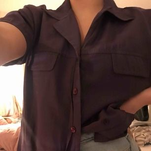 Jättefin skjorta med korta ärmar💛 passar alla storlekar skulle jag säga. Jag är en S och älskar passformen✨