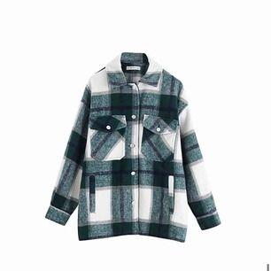 Säljer denna trendiga overshirten från byanastasia.se likt den ifrån ZARA Använd endast ett fåtal gånger, nypris är 499kr Strl M, men mer en S Frakt: 63kr
