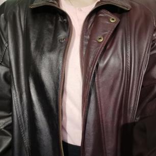 Superunik Jofama skinnjacka! Halva är svart och halva är mörkt oxblodröd! 🥰 Jag har storlek S/M i jackor och ni ser hur den sitter på mig. Snyggt oversize!