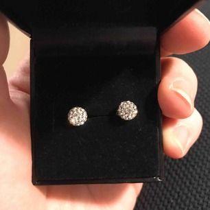 Två par örhängen i äkta silver och ena med kristaller 😍 De är köpta ifrån Guldfynd och är aldrig använda! 250kr styck eller 400kr för båda 😍
