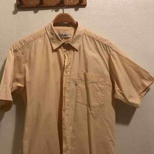 Skjorta från Dobber. Passar nog de flesta, snygg short sleeve skjorta. Bra skick. Frakt tillkommer❤️