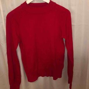 Röd stickat tröja, skicket är som nytt och köparen står för ev frakt!