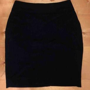Oanvänd jeans kjol från hm, köparen står för ev frakt!