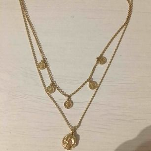Ett skit snyggt guld halsband, knappt använda då jag är en silvertjej. Köpt på NA-KD för ca 150kr. Frakt inräknat i priset.