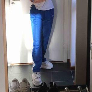 Blåa Kappa-byxor! Bra skick och använda fåtal gånger💙