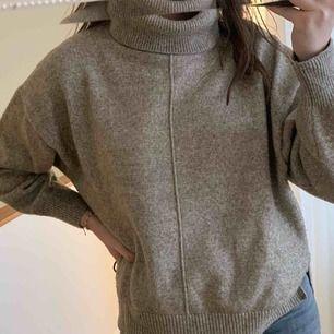 en stickad polo tröja från HM!! 💗 superskön och mysig, bra skick förutom att den är lite nopprig (inget som märks) kan mötas i sthlm elr frakta