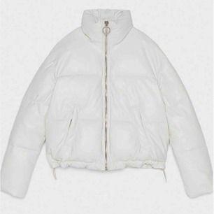 En skitsnygg vit lack-jacka från Bershka. Kan skickas med post men då står köparen för frakten! 😇