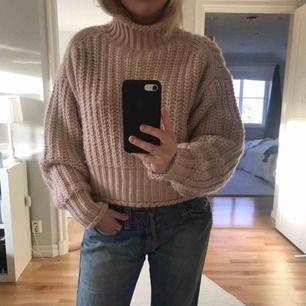 Ljusrosa stickad tröja i mycket bra skick! Köpte förra året men kom tyvärr inte till så mycket användning...🥰