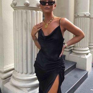 Passa på ni som har ball snart för detta är den snyggaste klänningen ni kan hitta!Man får otroligt snygg figur i den. Storlek xs men skulle säga att den är något stor i storleken. Första bilden är lånad men exakt likadan klänning. (Pris kan diskuteras!)