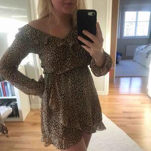 Såså fin leopard klänning från H&M. Använd ändats 2 gånger så fint skick.