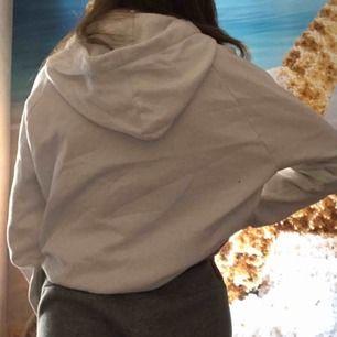 En hoodie i stolek m men e som en s/m. Säljer pågrund av att den inte kommer till användning. Den e från ginatricot. Möts upp i Borås eller fraktas av mig (köpare står för frakt)