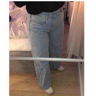 Säljer mina jeans ifrån Junkyard i modellen Wide leg, i färgen Miami Blue. Köpta för 499 och säljs i mycket bra skick. Uppsydda så det passar mig som är 160cm, går ner till golvet som ni ser på bilden, uppsydda till längd 30, köparen står för frakten