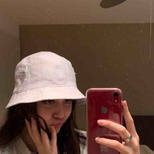 Vit bucket-hat med små söta fickor på sidorna :) Lite sminkfläckar på insidan med det syns ju inte lol