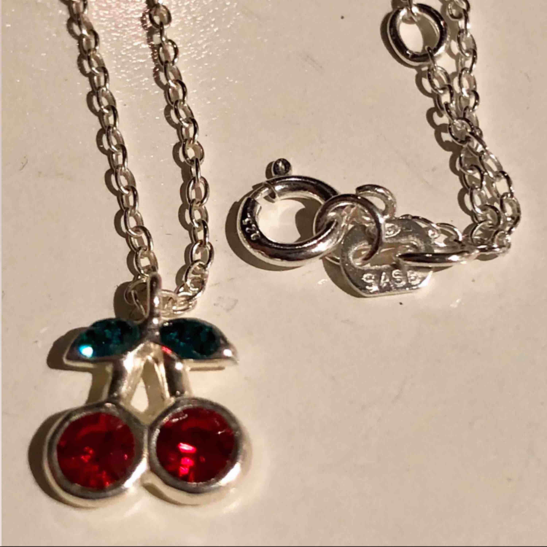 """Tre stycken olika halsband i silver. 70kr för """"love"""", 100kr för cherry då det är äkta silver (925 stämpel) frakt tillkommer på 10kr för alla. Paketpris kan fixas💞🍒🌹 ROSEN ÄR SÅLD. Accessoarer."""