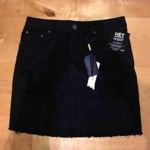 Helt oanvända kjol från Nelly.com med liten slitning fram på höften, prislapp kvar och bild på passform kan skickas! Köparen står för ev frakt