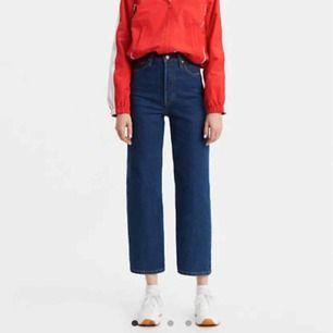 Supersnygga levi's ribcage straight ankle jeans i en mörkblå färg. Storlek 28 med längd 29. Sparsamt använda och i superfin kvalitet. Säljer då de tyvärr är lite för korta för mig. Frakt tillkommer