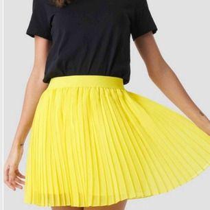 Säljer min gula kjol från nakd eftersom känner att jag ej passar i färgen. Haft den cirka 2 gånger, super snygg är man är brun😍 nypris 249