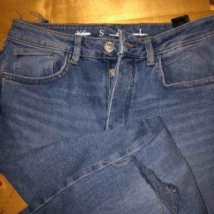 Oanvända jeans från bikbok med hål i knäna, skriv för bilder på passformen köparen står för ev frakt