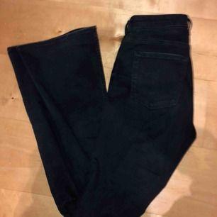 Jeans med hål i knäna och bootcut, bild på passform kan skickas! Köparen står för ev frakt