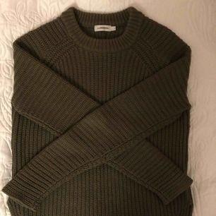 Mörkgrön stickad tröja med slits från J.Lindberg. Fint skick💖 Originalpris är dryga 1000kr