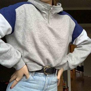 Hoodie med krage och dragkedja ifrån H&M Köparen står för frakten som är 63kr ☺️
