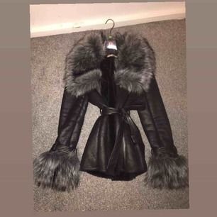Denna jackan köpte ja för 2000kr och har använt den en gång, De är fake päls, Det är storlek M, Köpte den från diabless, Kan skicka flera bilder om du är intresserad☺️
