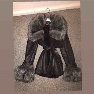 Denna jackan köpte ja för 2000kr och har använt den en gång  (priset kan diskuteras genom snabbaffär). De är fake päls, Det är storlek M, Den har en dragkedja, den är varm inuti, Köpte den från diabless, Kan skicka flera bilder om du är intresserad☺️