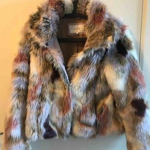 Faux fur jacka i nyskick. Nypris 900 kr. Jag säljer för 299 kr!