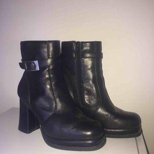Så sjukt snygga klackskor i svart läder! Säljer pga en storlek för liten 😢