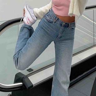 Ett par raka jeans, sjuktsnygga på. Jag är 165cm. Knappast använda:) fraktkostnad tillkommer