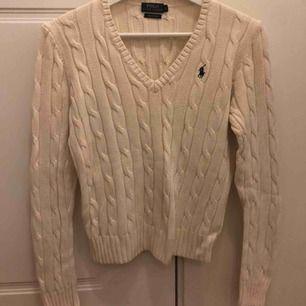 Creme/beige kabelstickad tröja från ralph lauren polo. Bra skick