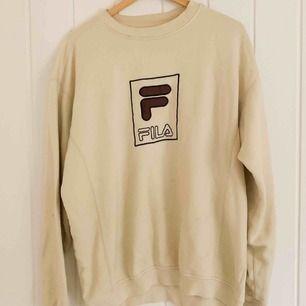 Vintage Fila sweatshirt stl. M. Köpt på ASOS market place, så är begagnad men i fint skick! Pris är diskuterbart! Möter gärna upp i Göteborg, annars löser vi det såklart med frakt💕
