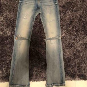 Jeans från JC, klippt slits + hål på knäna själv. Strl 26/33