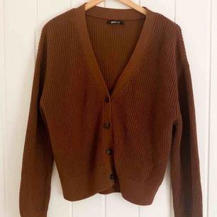 Superfin brun kofta/tröja från Gina Tricot. Använd typ två gånger, så den är i superfint skick! Möts gärna upp i Göteborg, annars löser vi såklart frakt💞