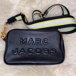 Ny väska från Marc Jacobs! Köpt förra året men inte alls mycket använd, väldigt fräsch och inga slitningar! Får plats med en del, och bandet kan justeras!