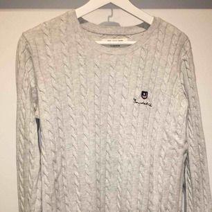 Grå kabelstickad sweater från Bondelid. Aldrig använd då jag inte klär i grått. Helt i nyskick och super mjukt material🌸