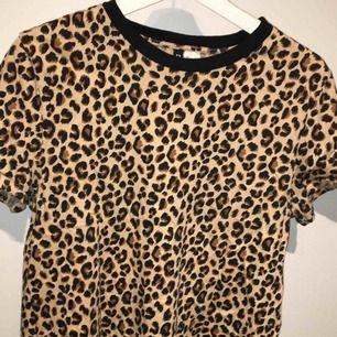 Kortärmad leopardtröja från H&M. aldrig använd och i skönt material🌸