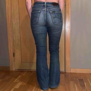Äkta lee jeans, lågmidjade, storlek runt s, lite långa på mig som är 159 cm :) Frakt tillkommer