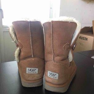 Säljer mina Ugg's, då jag inte längre använder dom och dom bara står här. strl 37. Dom passar även dig som har strl 38. Fruktansvärt varma och bekväma skor. 😊